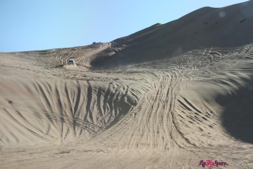 salita sulla duna di sabbia in fuoristrada - deserto sharqiya - oman