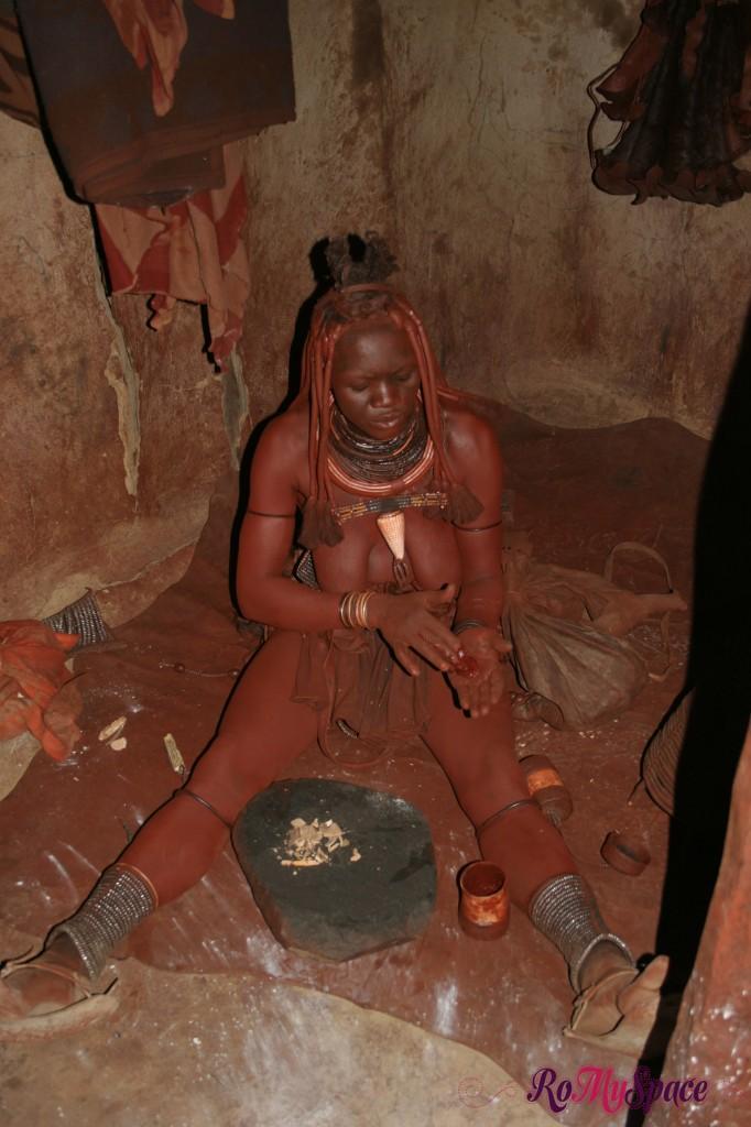 Villaggio Himba a Opuwo - Una donna intenta a cospargersi con la tipica pasta rossa