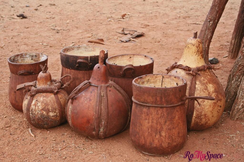 Villaggio Himba vicino a Epupa Falls - I contenitori per l'acqua