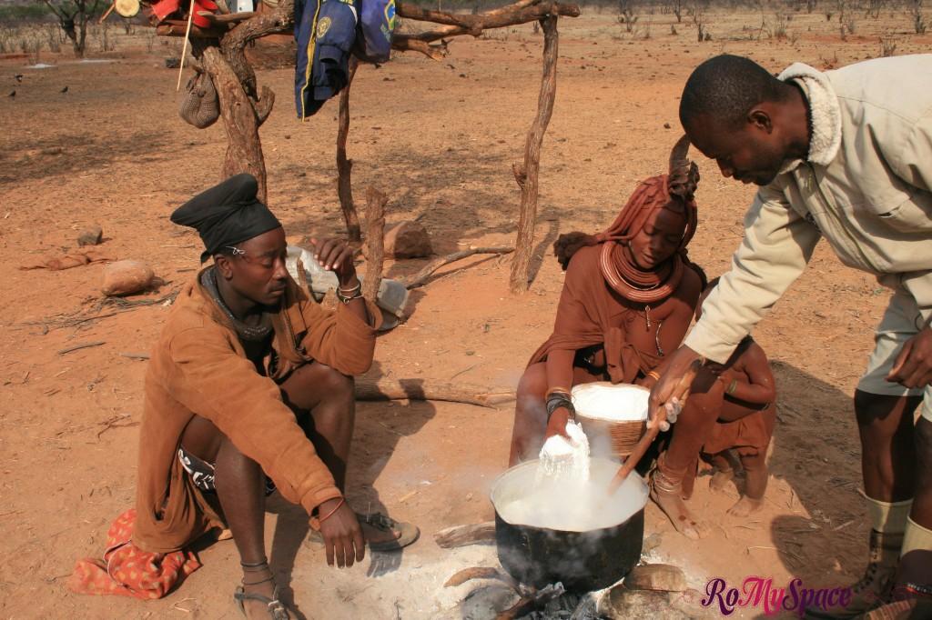 Villaggio Himba vicino a Epupa Falls - Preparazione del pranzo