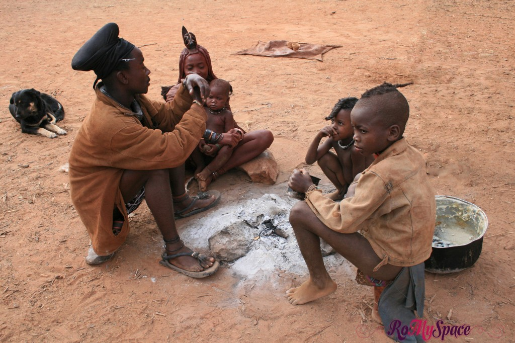 Villaggio Himba vicino a Epupa Falls - Intorno al fuoco