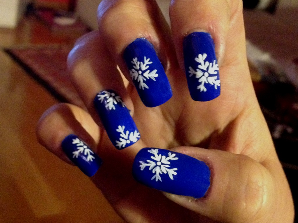 nailart nails nail art unghie decorazione polish smalto blu blue bianco white fiocco neve snow nieve pennello brush romyspace winter inverno freddo cold tutorial finale