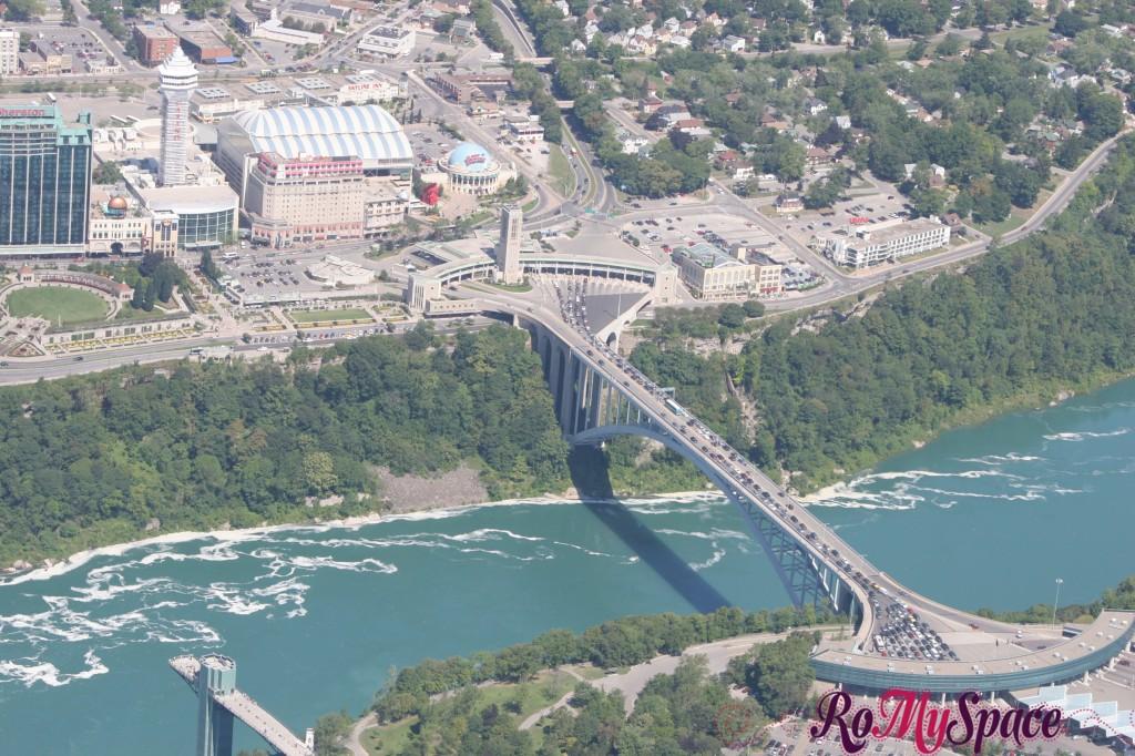 Ponte tra USA e Canada dall'elicottero