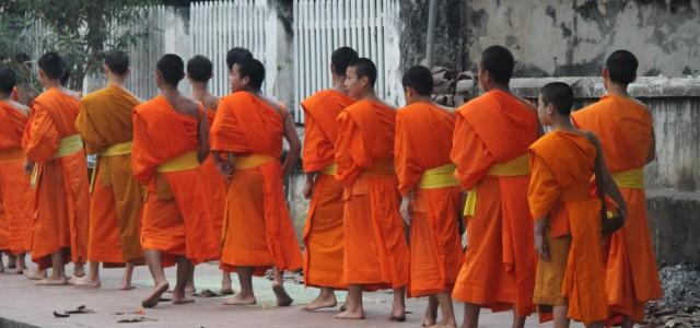 La processione dei monaci a Luang Prabang