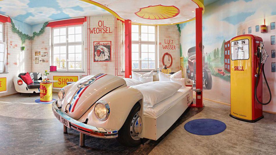 V8 car hotel