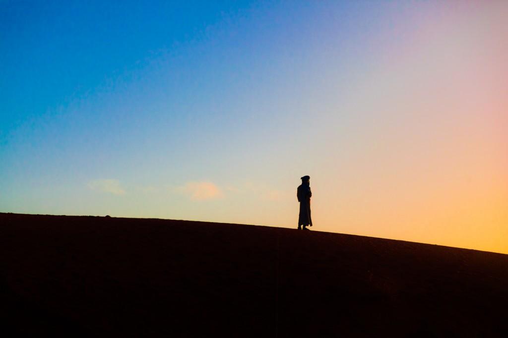 L'alba nel deserto del Sahara, oltre che per i visitatori è uno spettacolo imperdibile anche per chi lo vive tutti i giorni